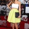 Jessica Alba – suknja Narciso Rodriguez, cipele Jimmy Choo