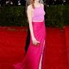 Emma Stone nosi suknju i top Thakoon sa Tod's tašnom