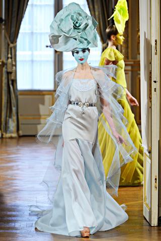 Simona Andrejić za Alexis Mabille proleće 2012; Paris Couture Week