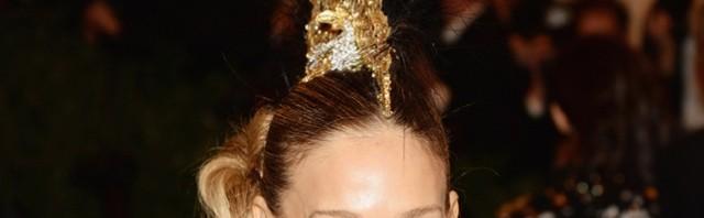 Punk frizura večeri- Philip Treacy kresta koju je nosila Sarah Jessica Parker