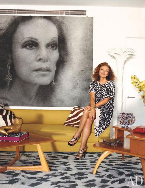 Modna dizajnerka Diane von Furstenberg sa svojim portretom, u njenom stanu na Menhetnu