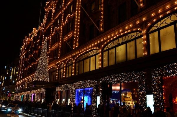 Božić u Harrods-u.... Svake godine posebna pažnja pokloni se uređenju kako enterijera, tako i eksterijera...