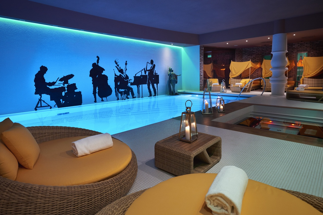 Aria hotel budapest the home of music loversfashionela for Pool spa show vegas 2015