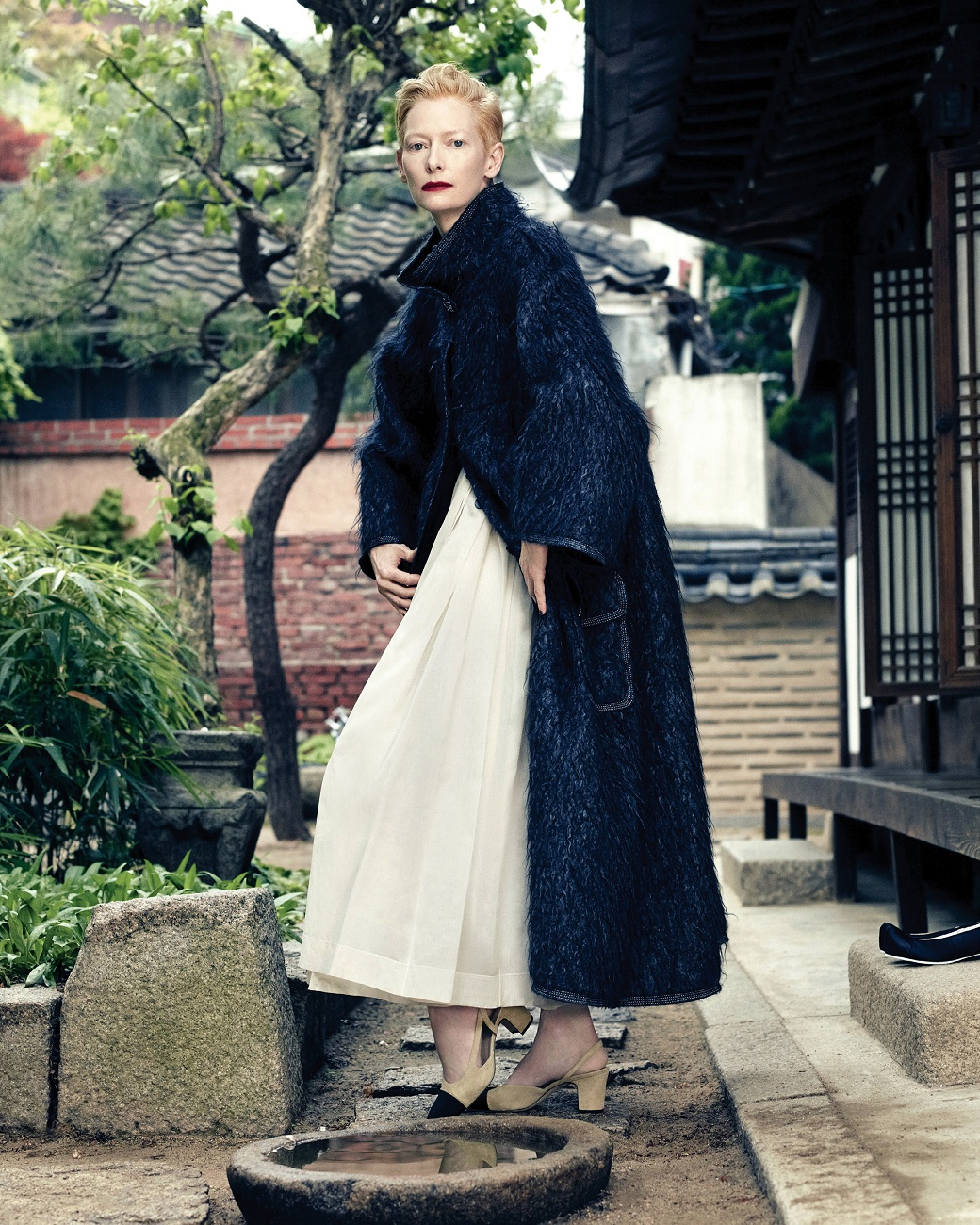 tilda-swinton-by-hong-jang-hyun-vogue-korea-august-2015-02