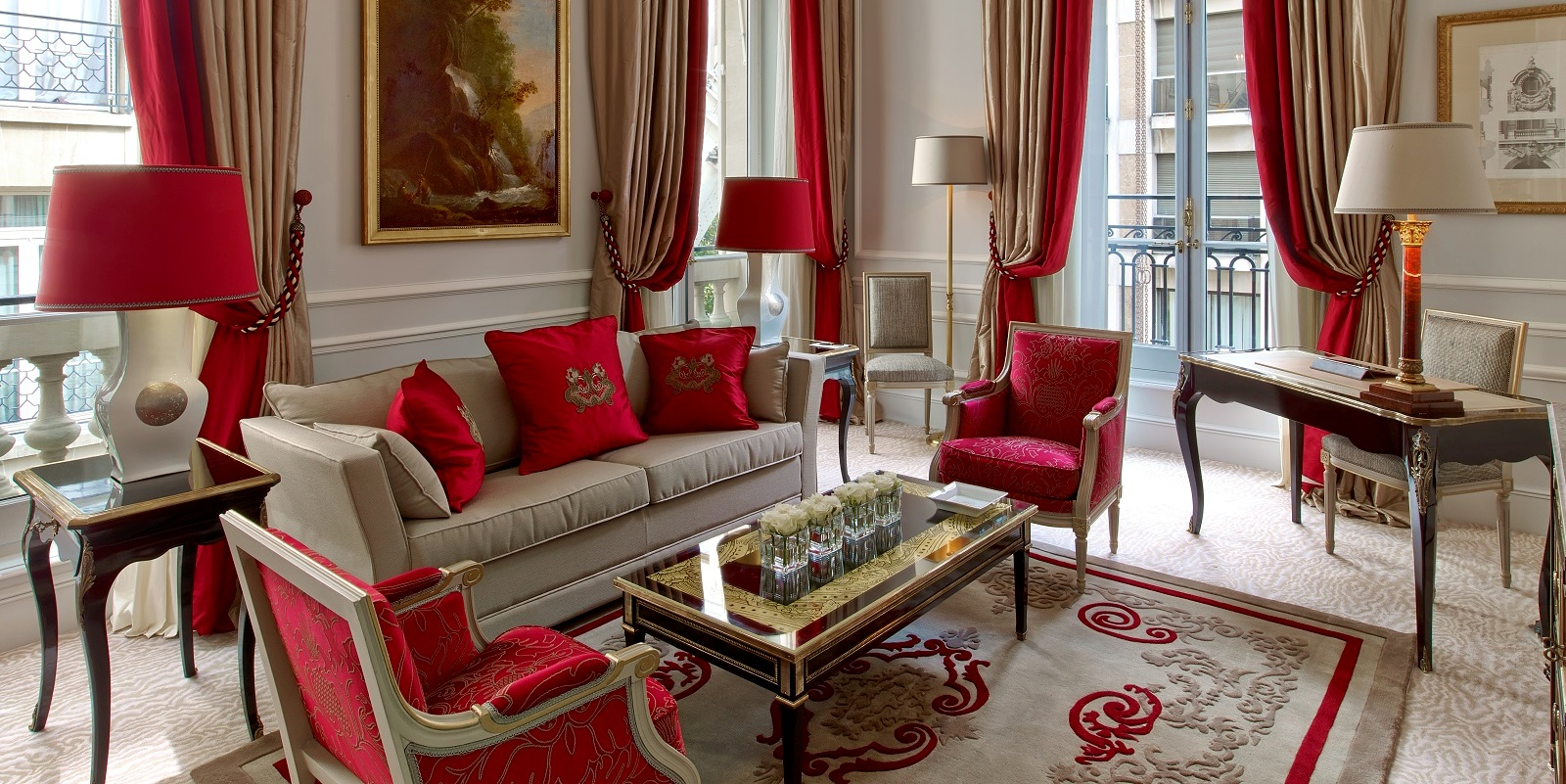 living-room-of-superior-suite-218-at-hotel-plaza-athenee